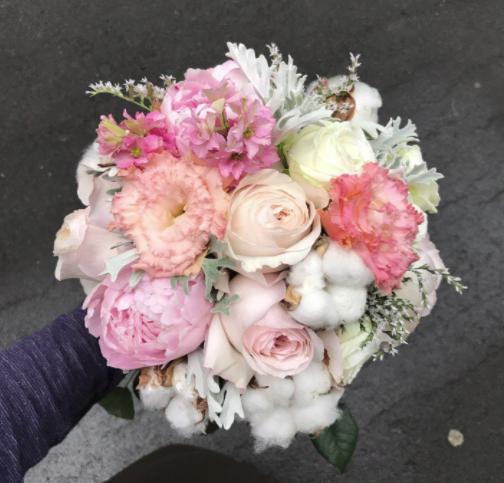 Свадебный букет из хлопка пионовидных роз и лизиантуса фото