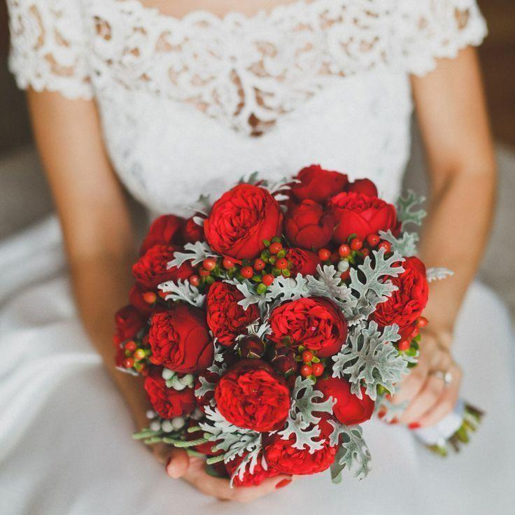 Свадебный букет из пионовидных роз, цинерарии и хиперикума фото