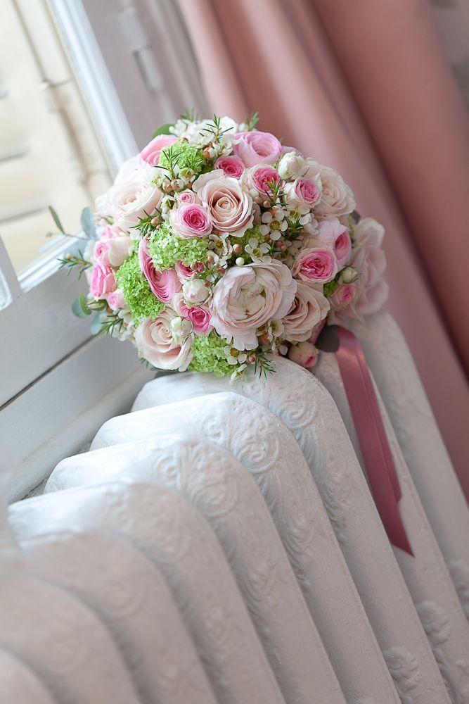 Свадебный букет из кустовых пионовидных роз, ваксфлаурса и ранункулюсов фото