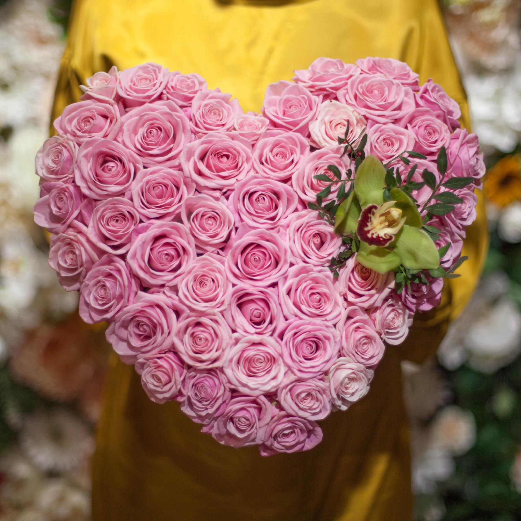 Композиция сердце из 51 розовой кенийской розы 50 см фото