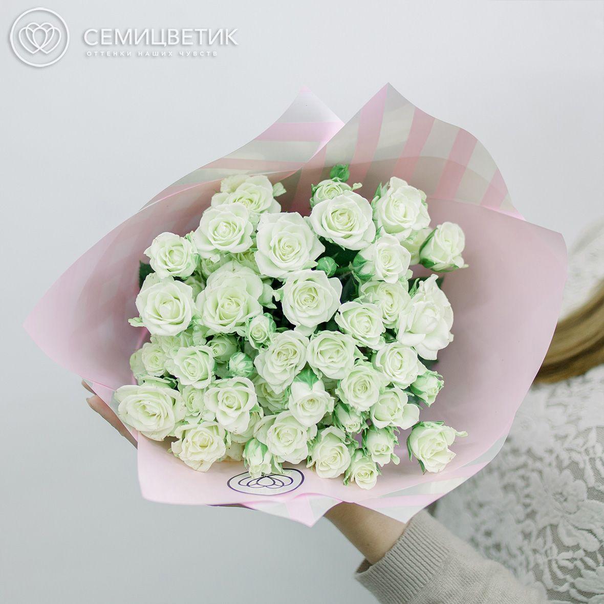 Букет из 15 белых кустовых роз Snowflake 40 см в дизайнерской пленке фото