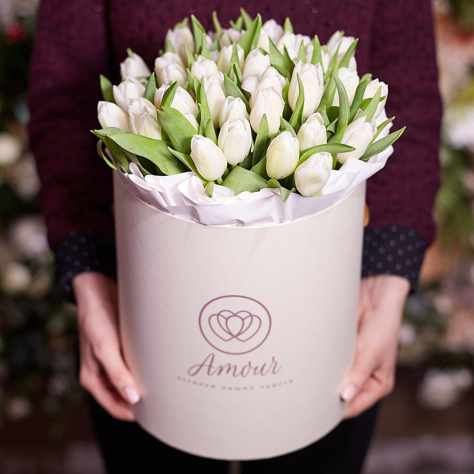 Букет в белой шляпной коробке Amour из 45 белых тюльпанов фото