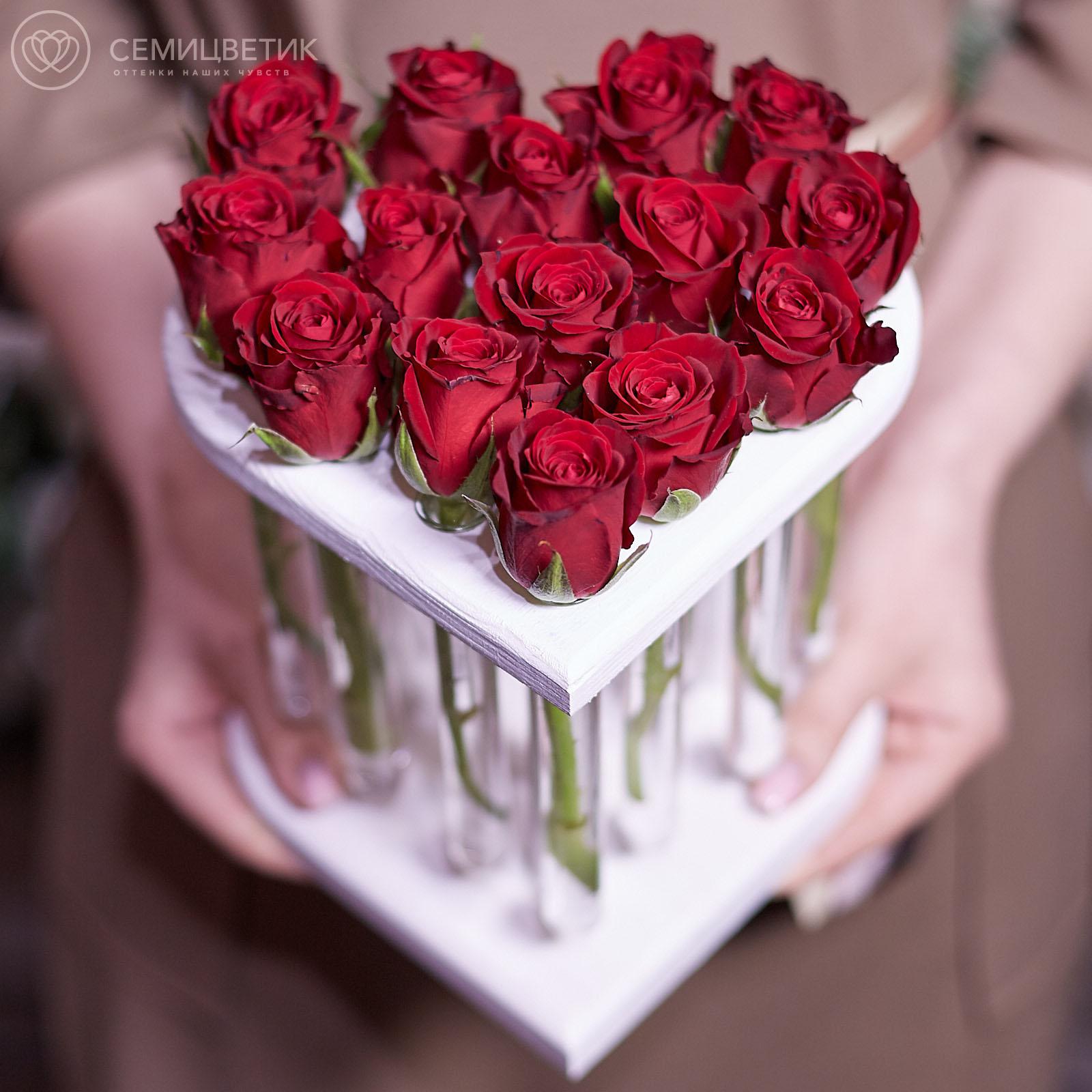 Композиция Сердце из 15 красных роз в пробирках фото