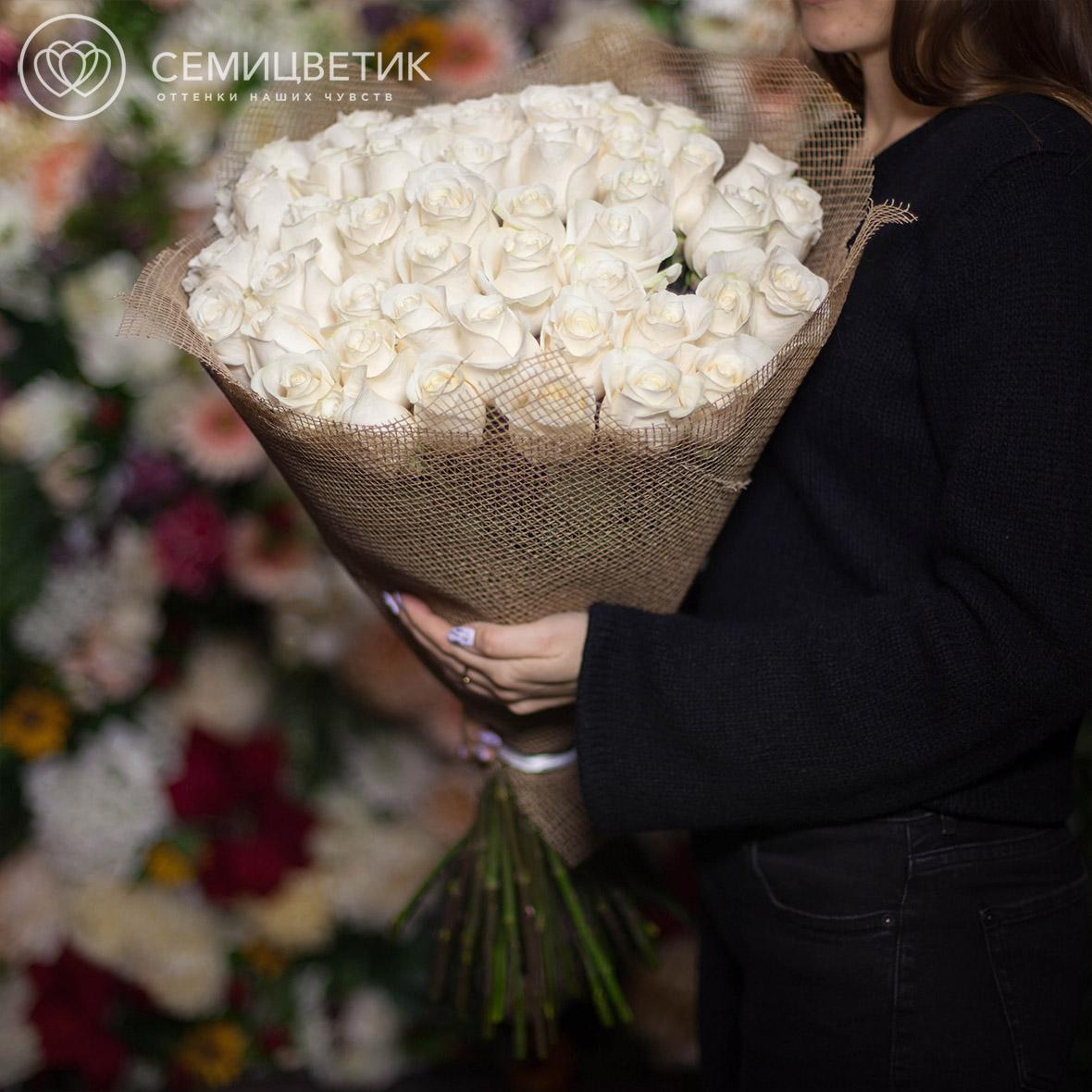 Букет из 51 белых роз Vendela 70 см в натуральной упаковке фото