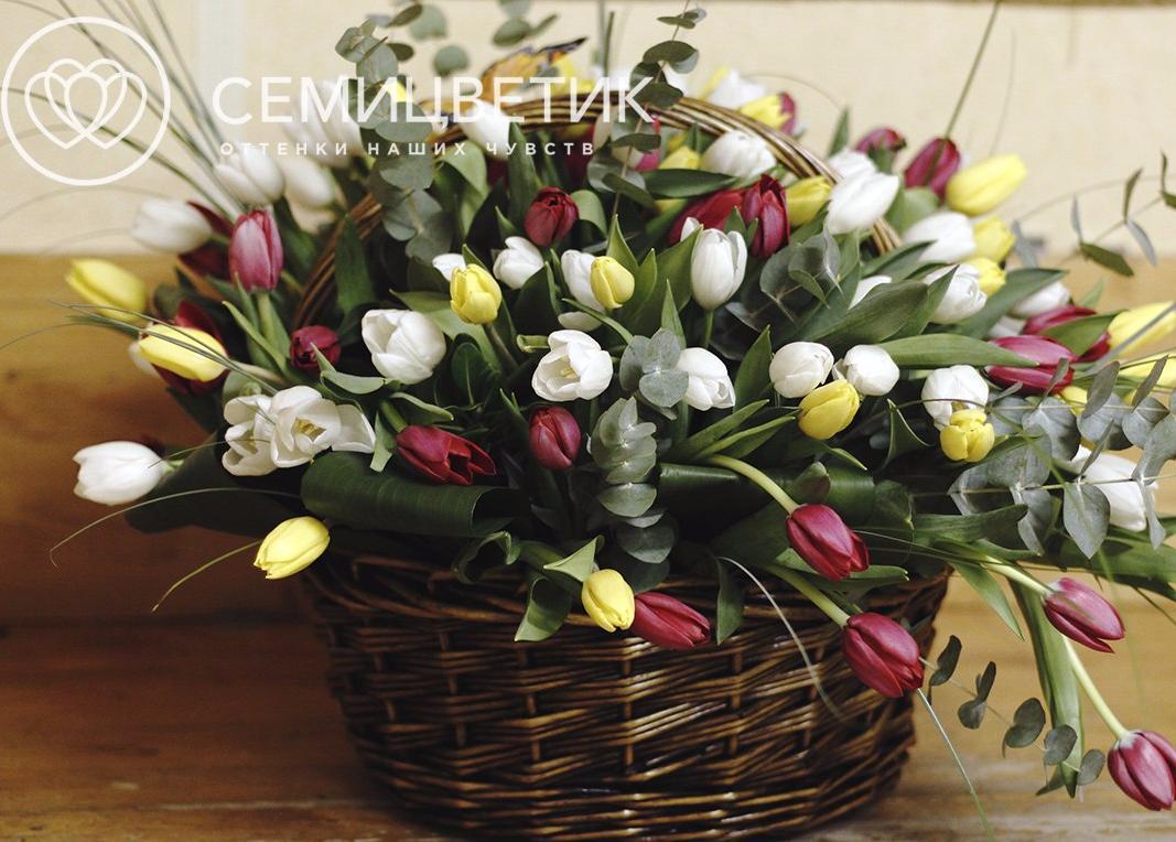 Композиция из тюльпанов и эвкалипта фото