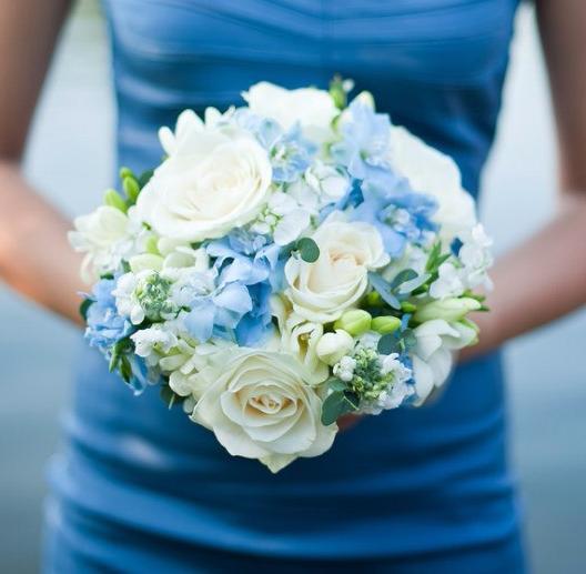 Свадебный букет из гортензии, роз и фрезии фото