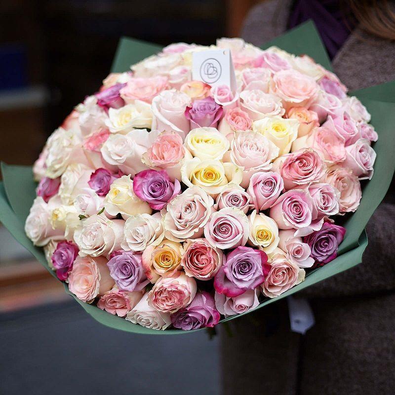 Букет из 101 розы микс в нежных тонах 50 см в дизайнерской пленке фото