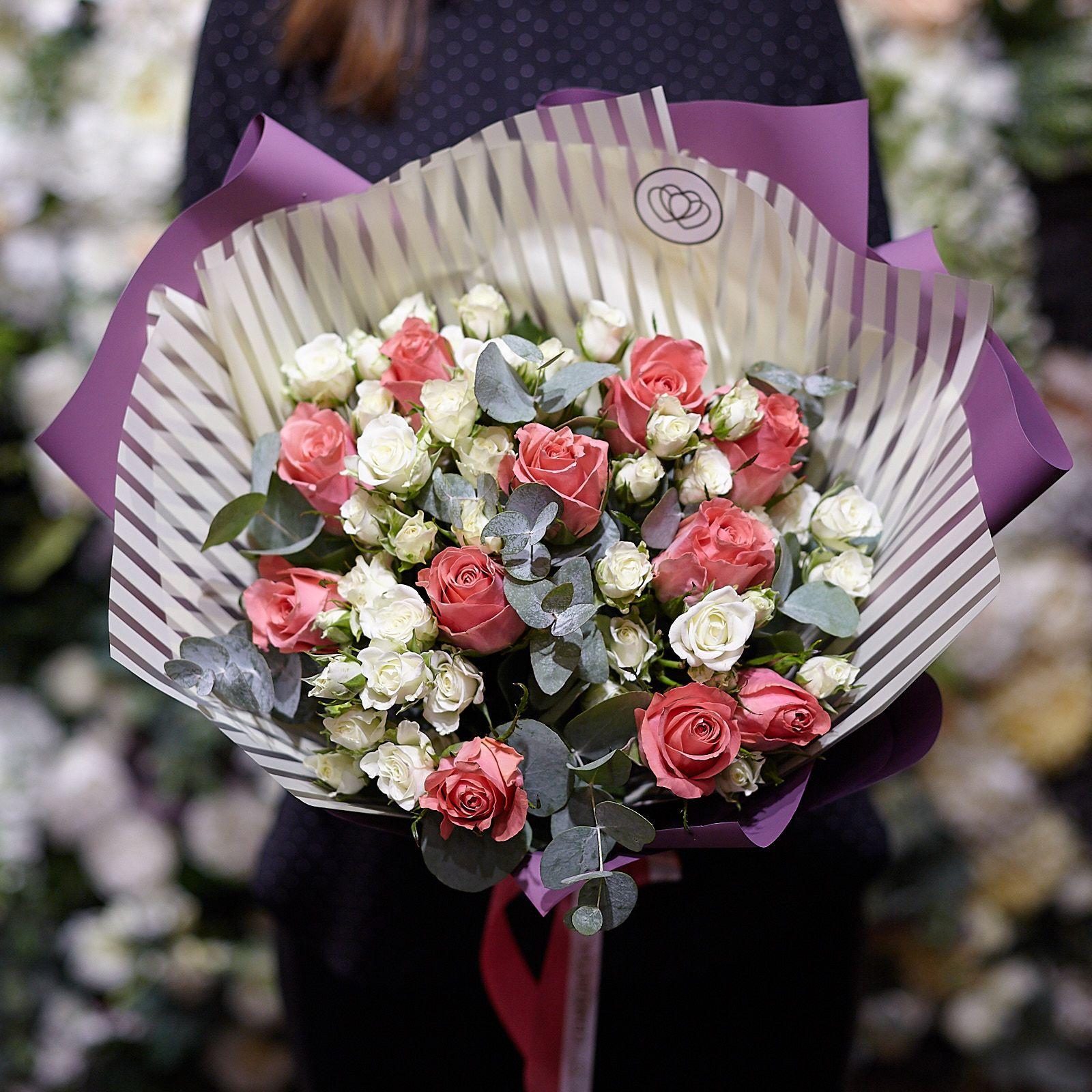 14 кустовых роз и 11 розовых кенийских роз Premium с эвкалиптом фото