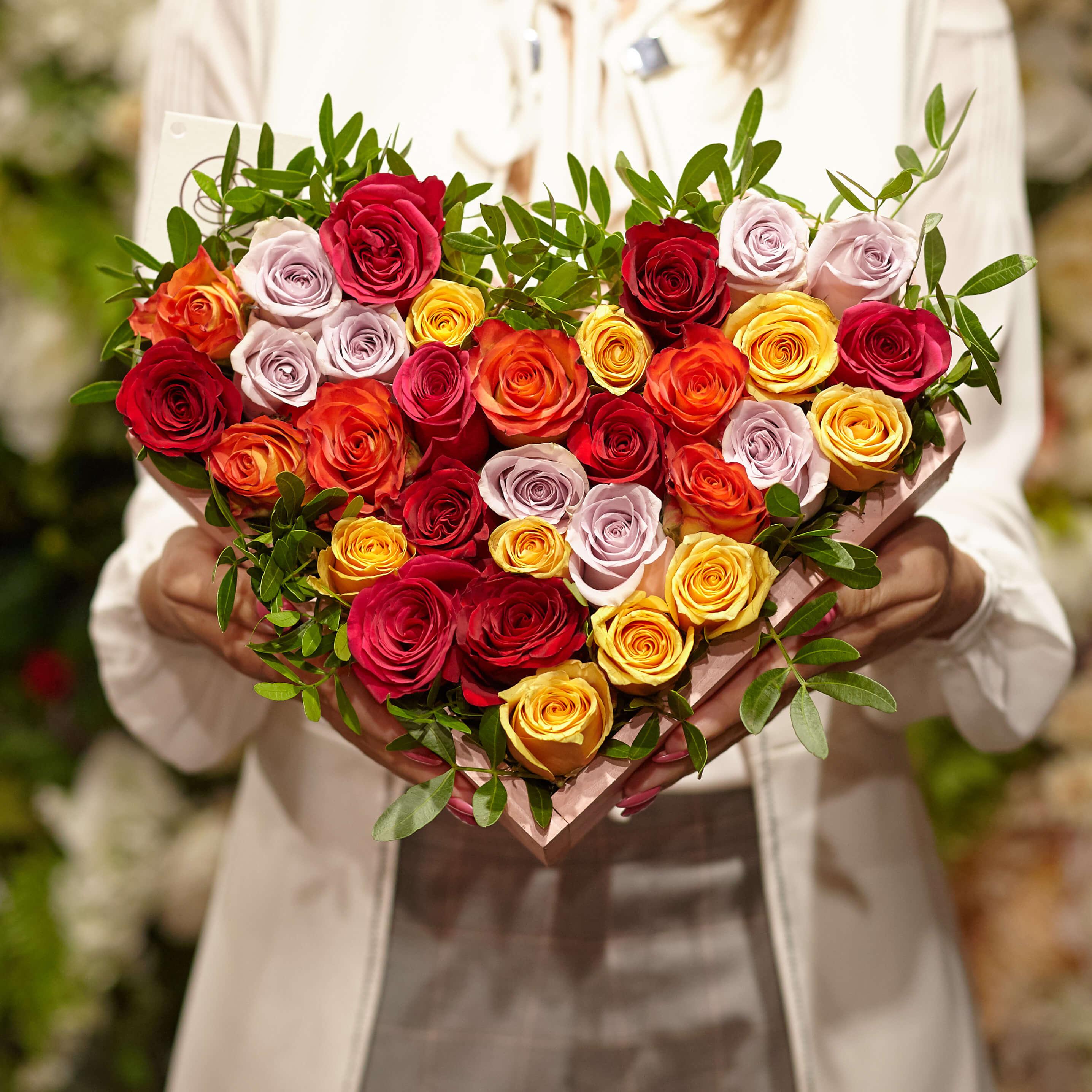 Композиция сердце из 31 кенийской розы микс и фисташки фото