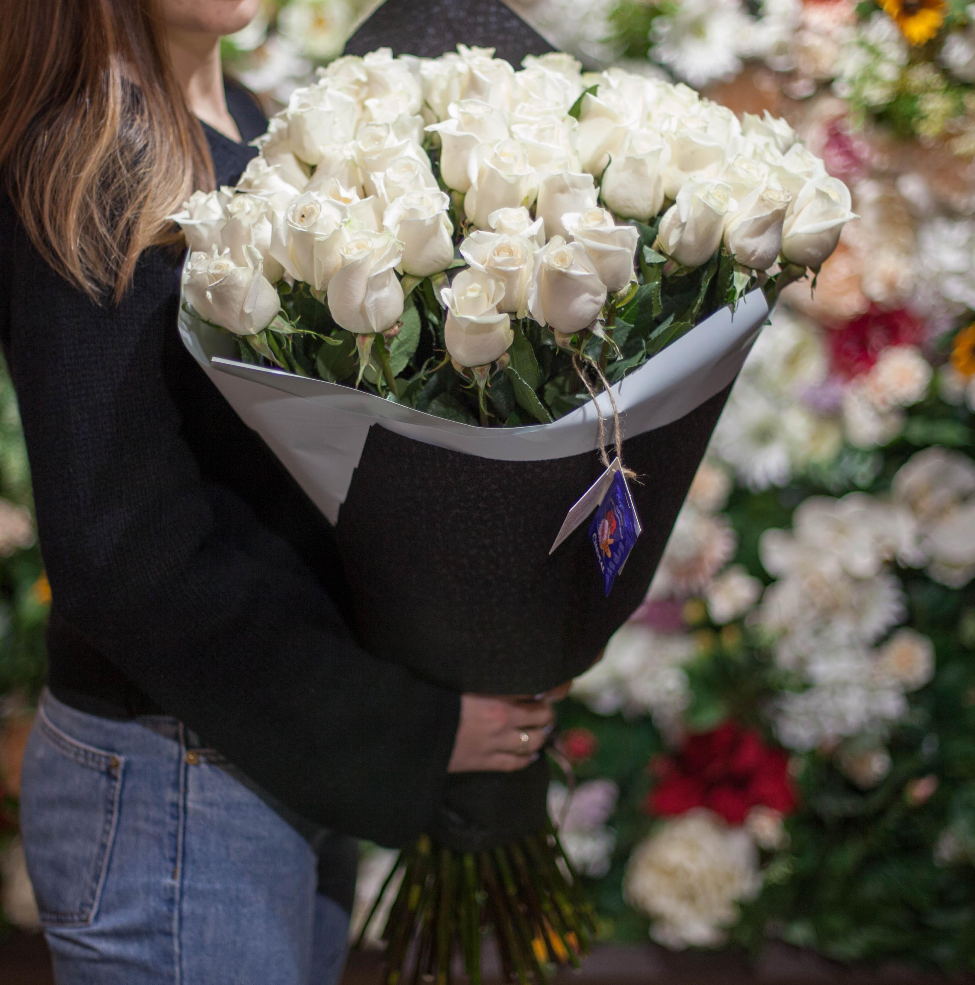 51 белая роза Vendela 80 см фото