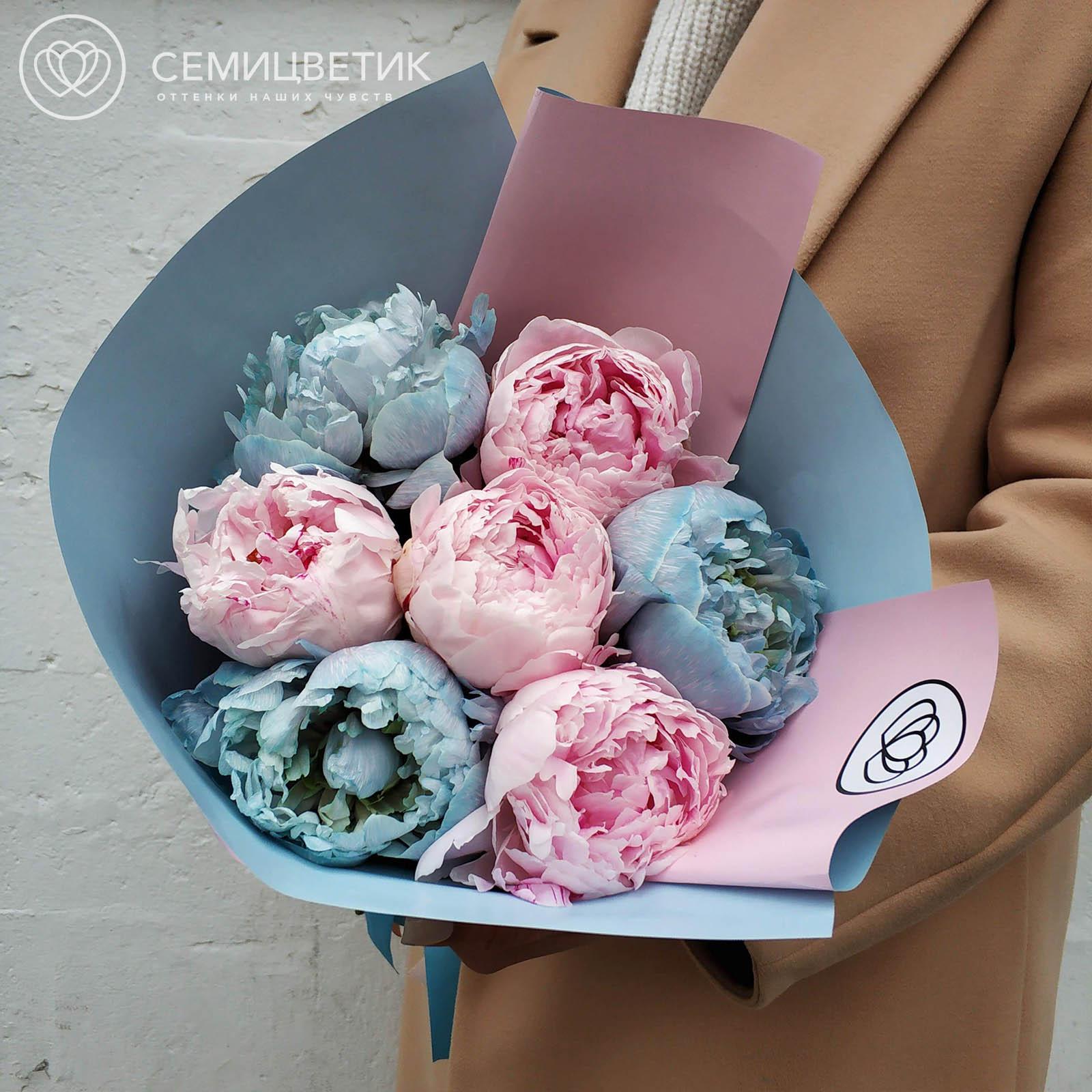 Букет из 7 голубых и розовых пионов фото