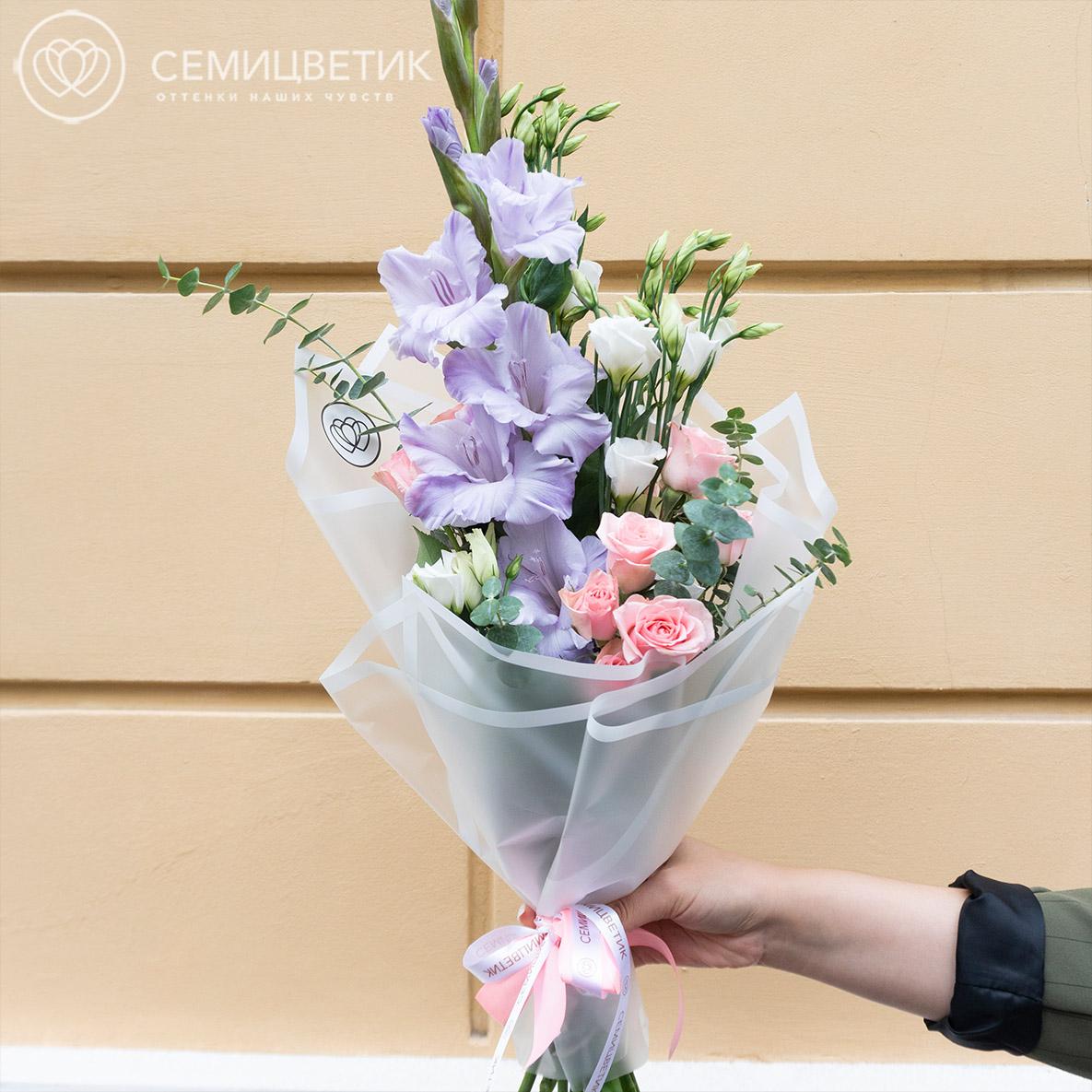 Букет из гладиолуса, кустовой розы и лизиантуса в дизайнерской упаковке фото