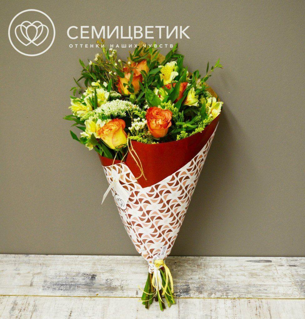Букет из пионовидных роз, альстромерии и трахелиума фото