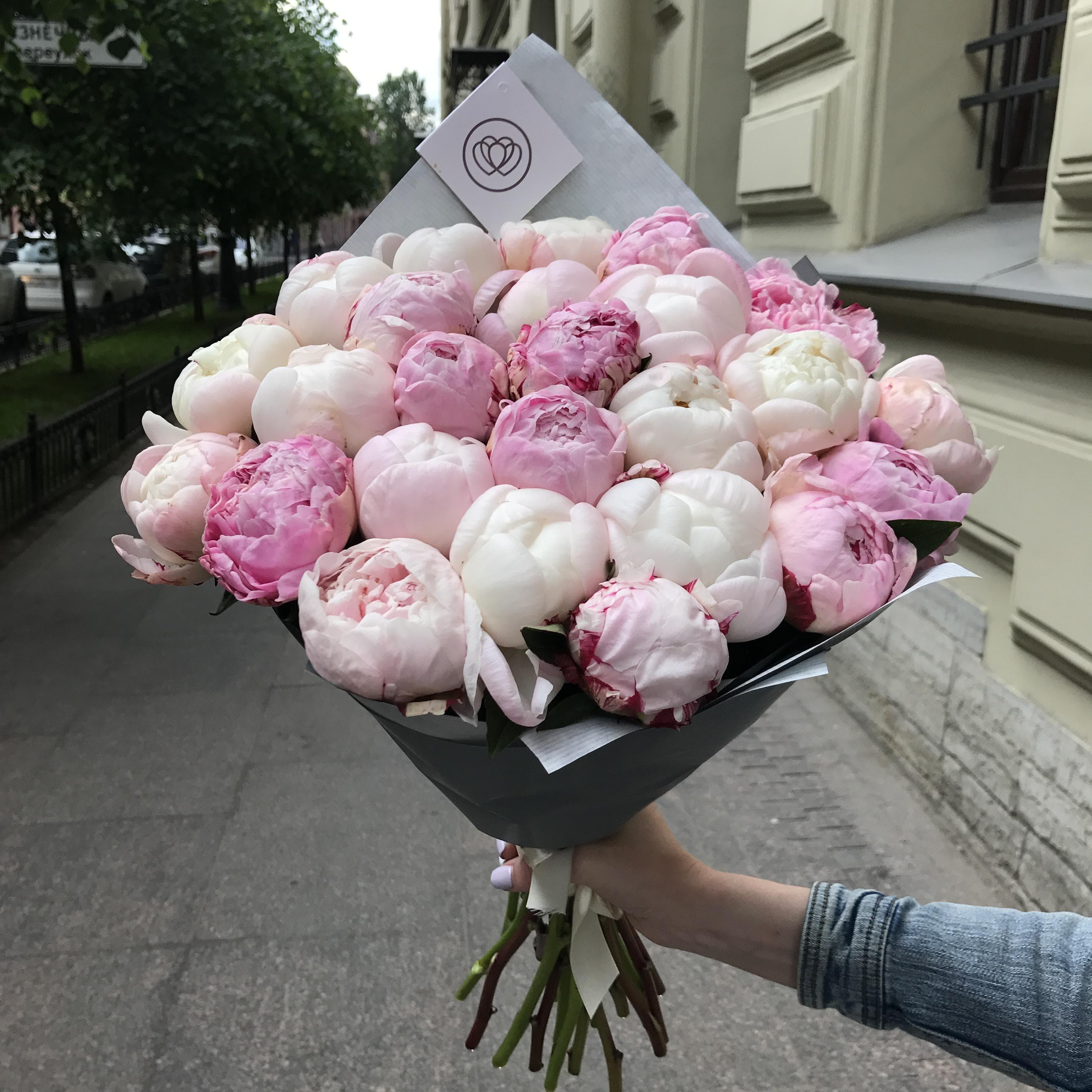 25 пионов белый и розовый микс Premium фото