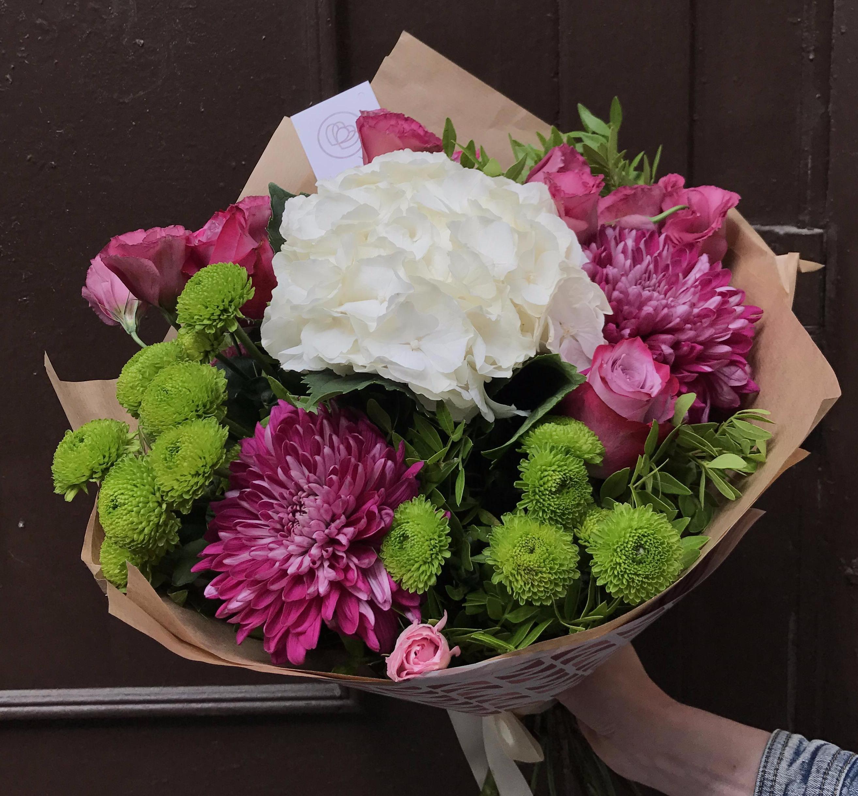 Букет из гортензии, хризантемы и лизиантуса фото