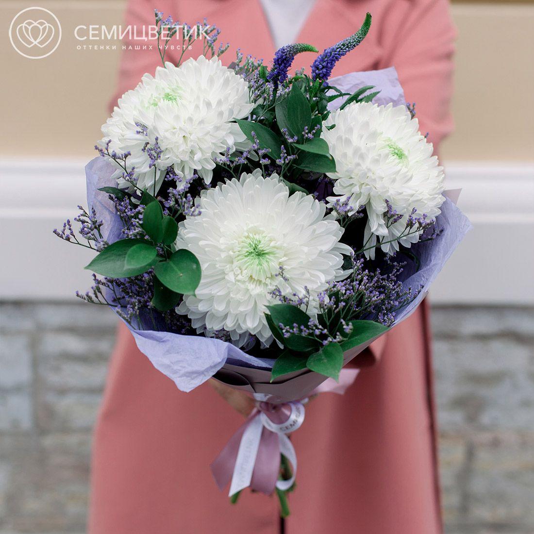 Букет из белых хризантем и лимониума в дизайнерской упаковке фото