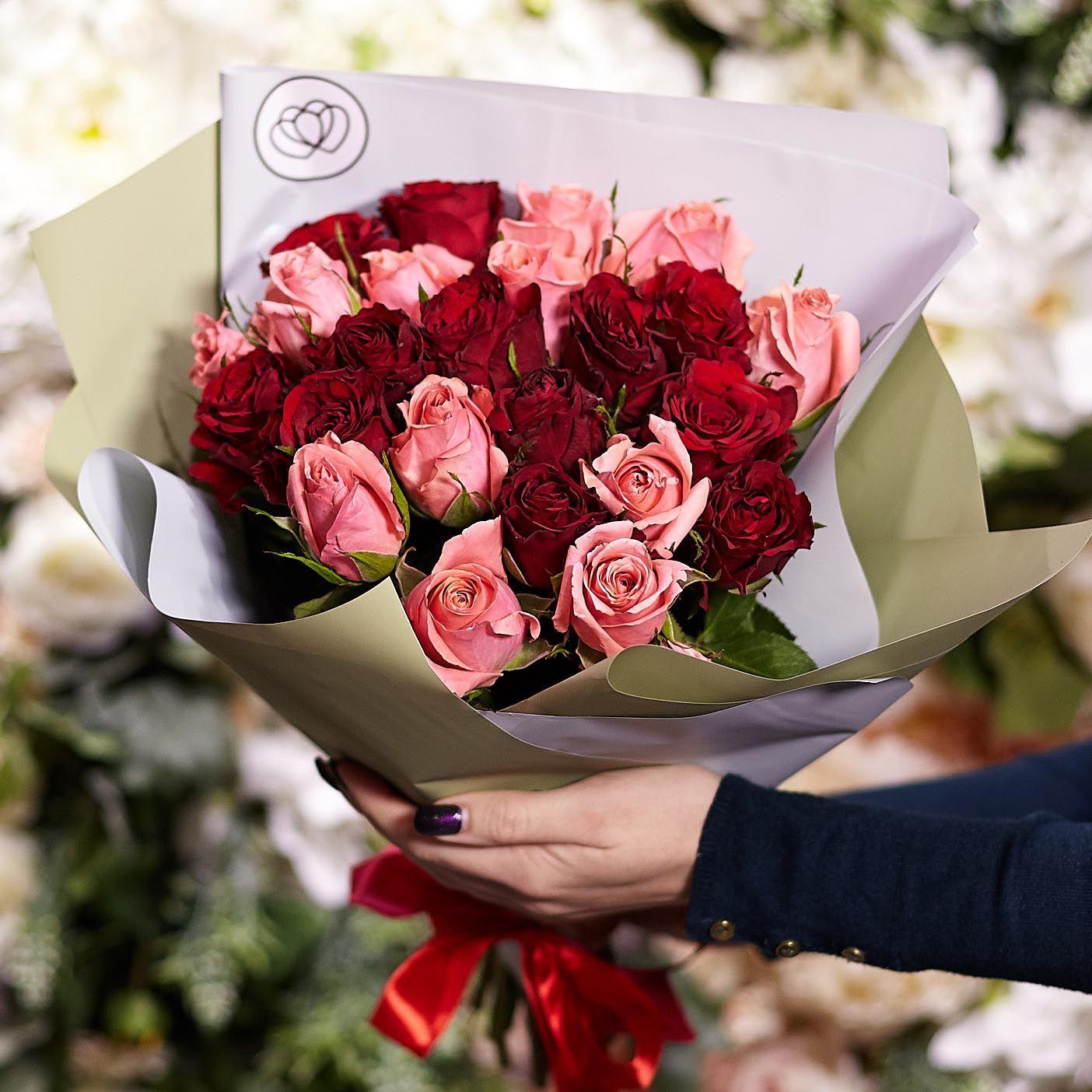 25 красных и розовых роз 40 см Premium фото