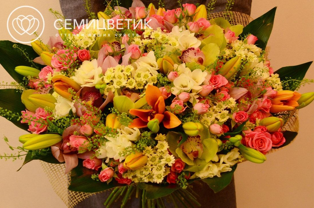 Букет из лилии азиатской, розы кустовой, фрезии и орхидеи цимбидиум фото