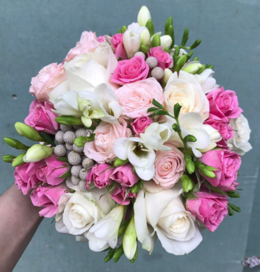 Свадебный букет из розовых роз, фрезии и брунии фото