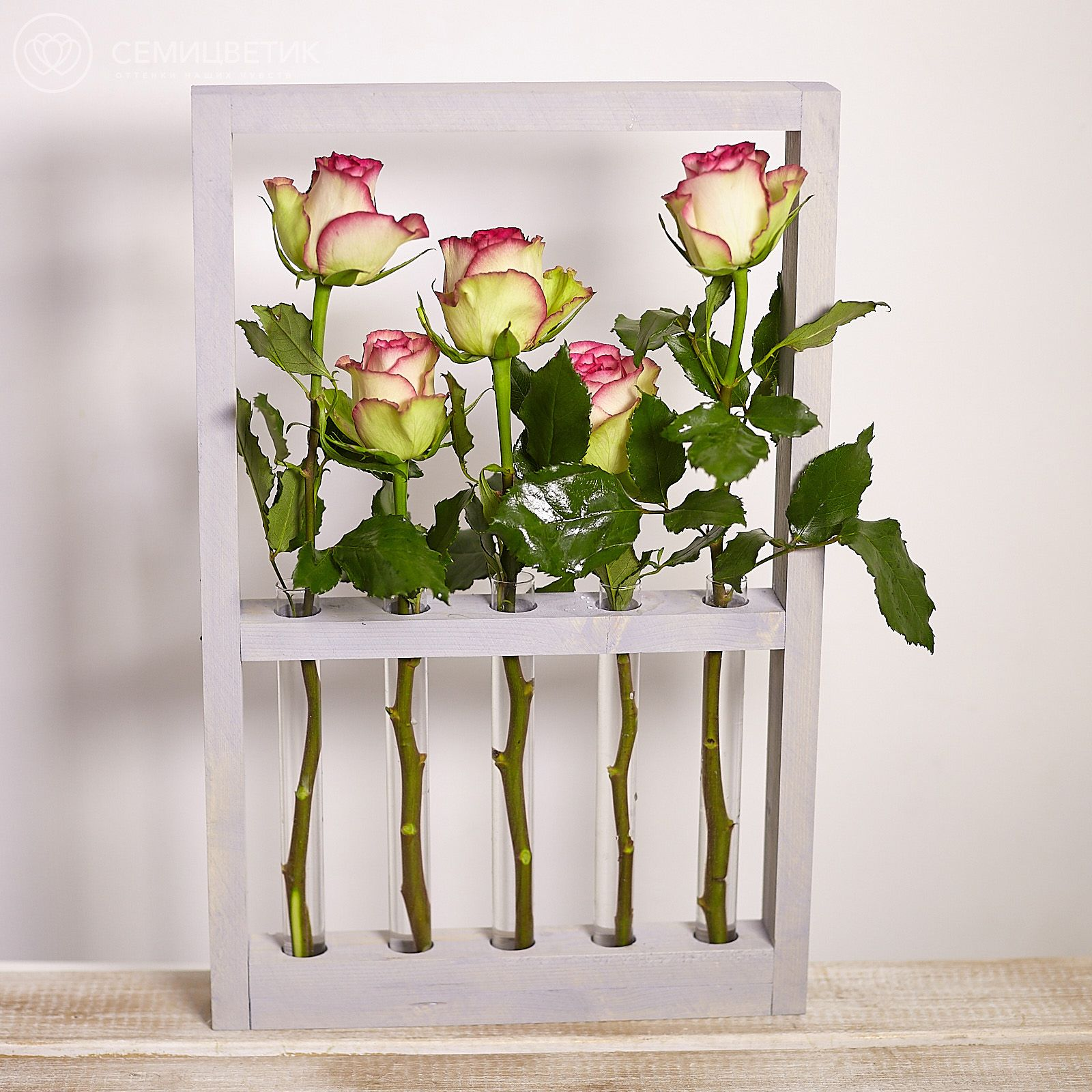Деревянная рамка с кремовыми кенийскими розами фото
