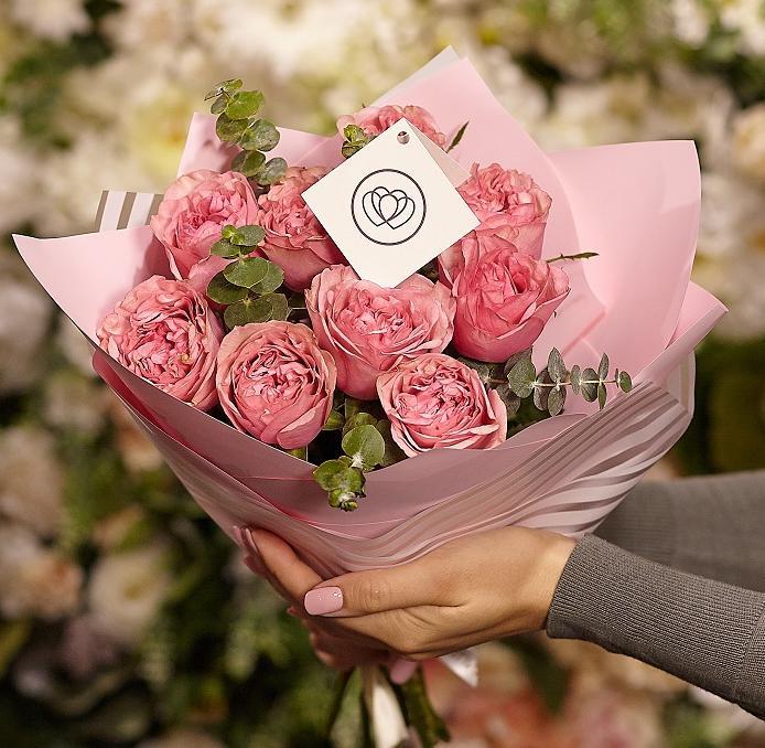 9 пионовидных роз Love Me Tender 40 см с зеленью фото