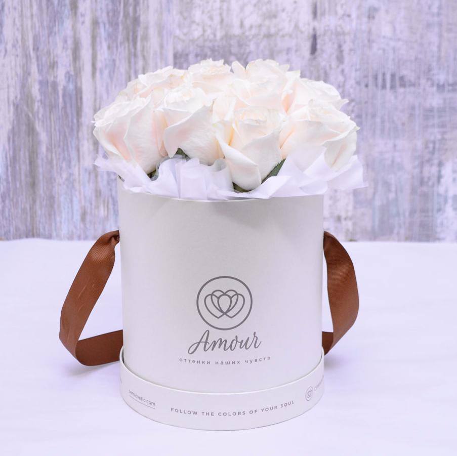 Букет в белой шляпной коробке Amour Mini из 25 белых роз фото