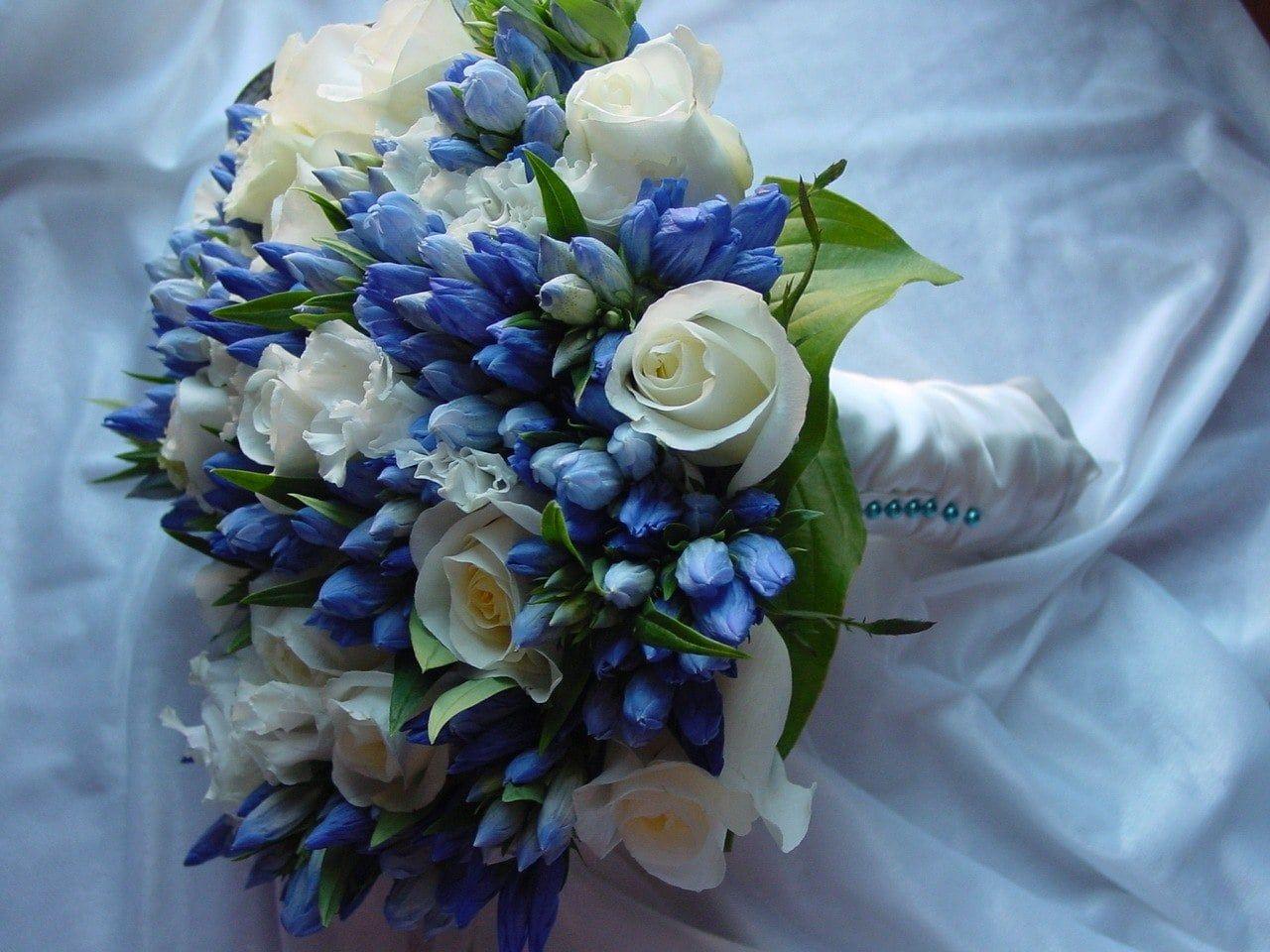 Свадебный букет из роз и гентианы фото