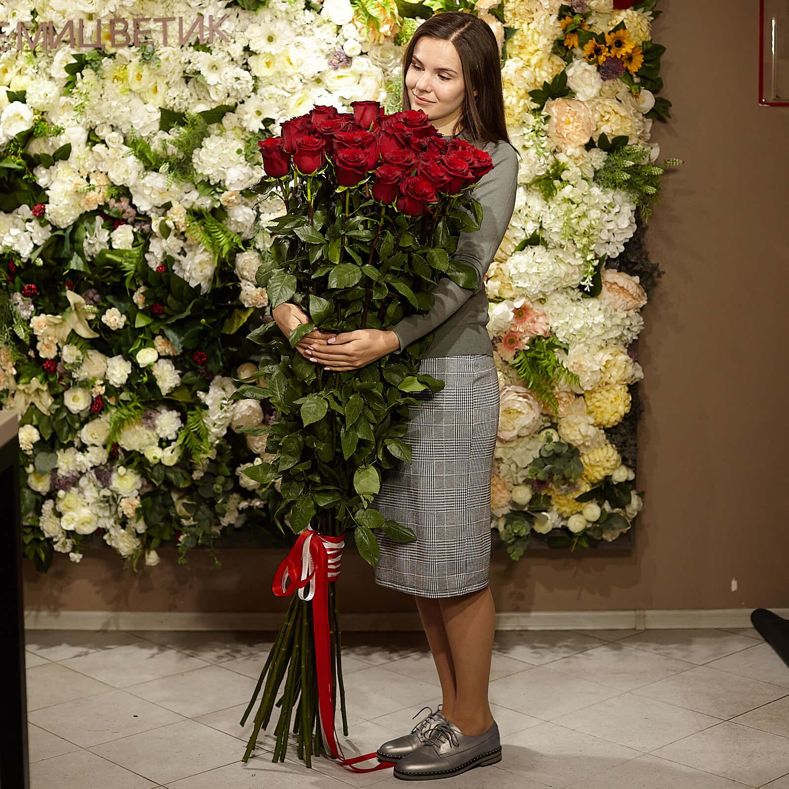 33 красные розы Freedom 150 см фото