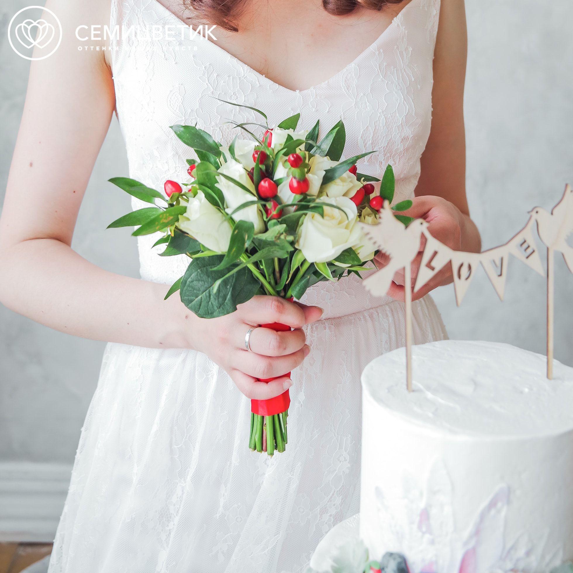 Свадебный букет из белых роз и хиперикума фото