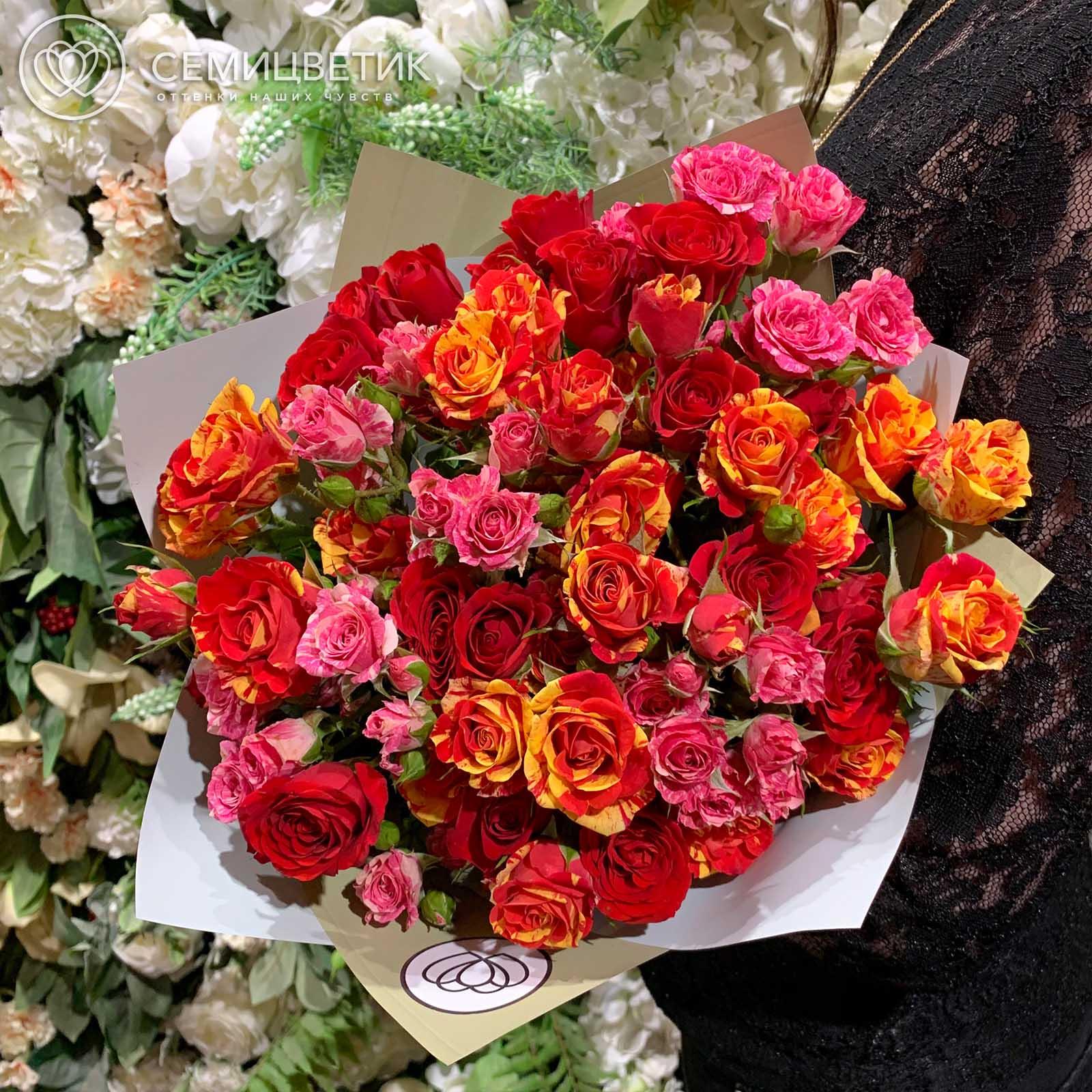 Букет из 15 кустовых роз 40 см микс в нежных тонах в дизайнерской пленке фото