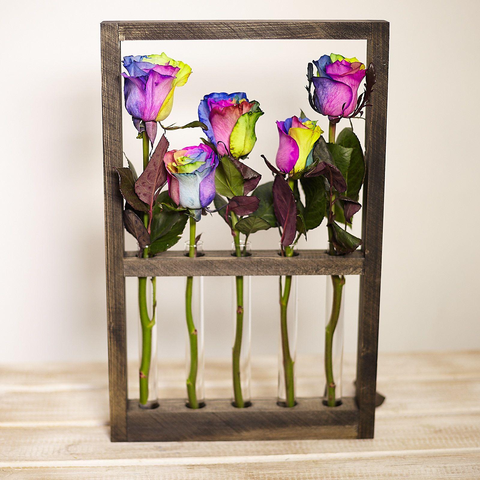 Деревянная рамка с радужными розами фото
