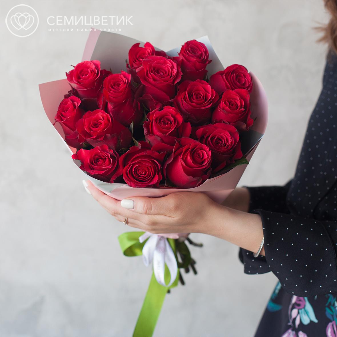 Букет из 15 красных роз 40 см Premium в дизайнерской пленке фото