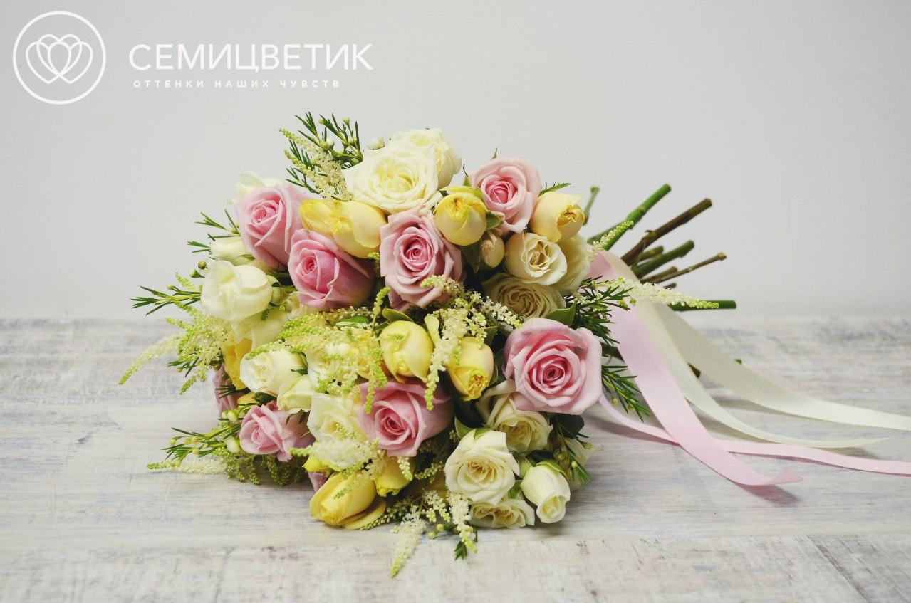 Свадебный букет из кустовых роз, одноголовых роз и лизиантуса фото