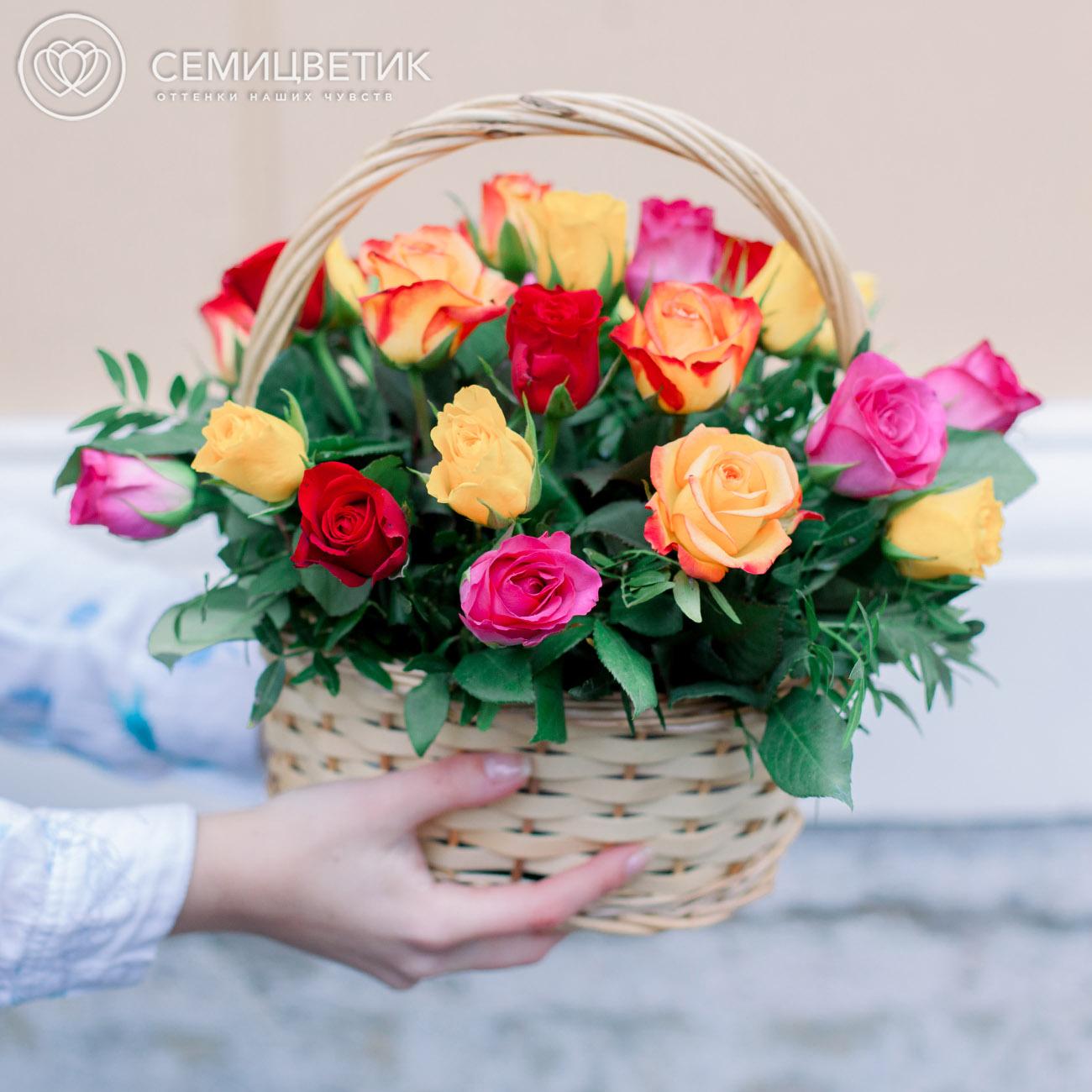 25 роз микс Standart с зеленью в корзине фото