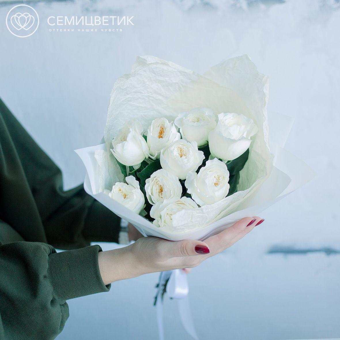 9 пионовидных роз белых Дэвид Остин фото