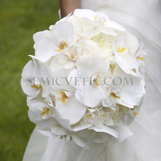 Свадебный букет из пионов и орхидеи фаленопсис фото
