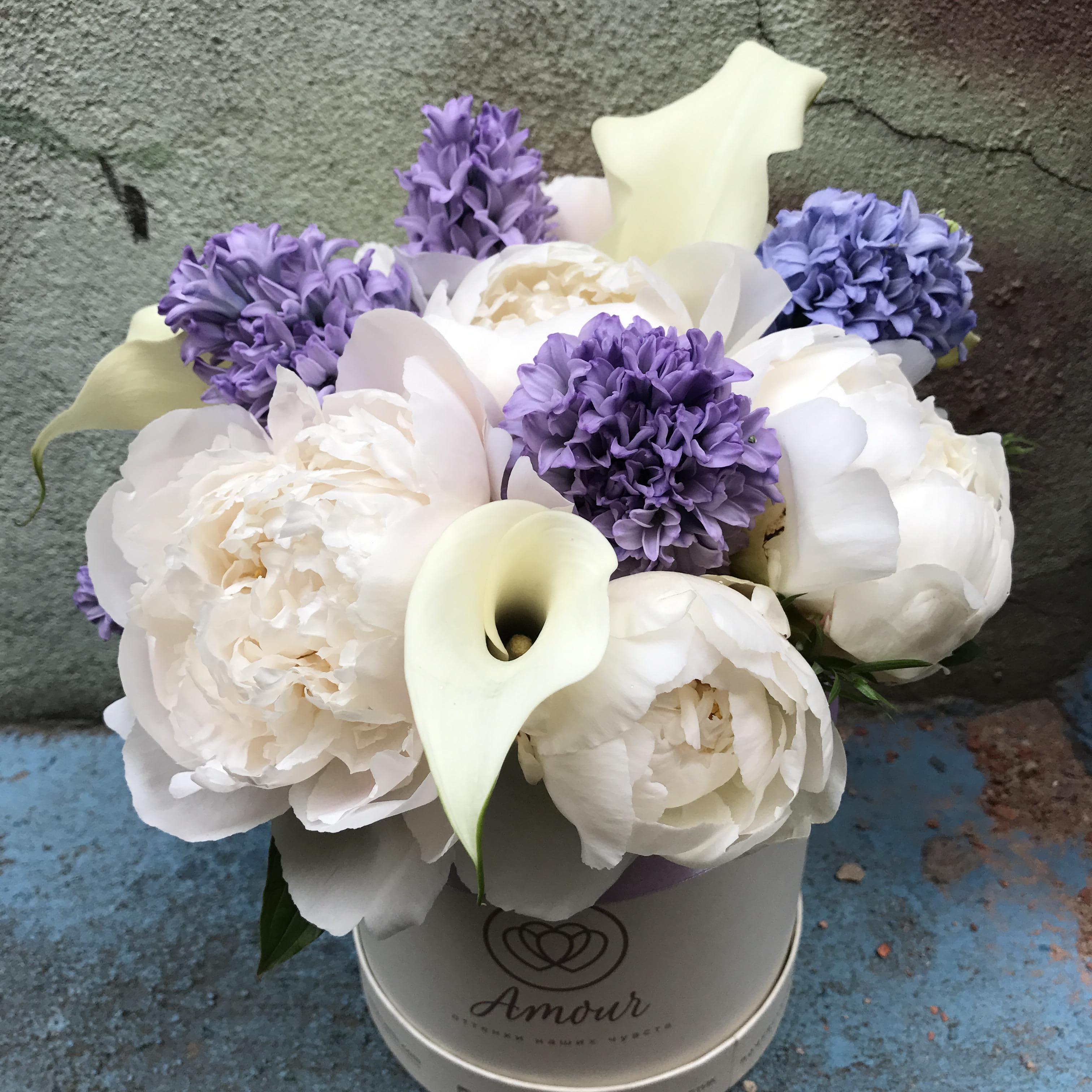 Букет в белой шляпной коробке Amour Mini с пионами, гиацинтами и каллами фото