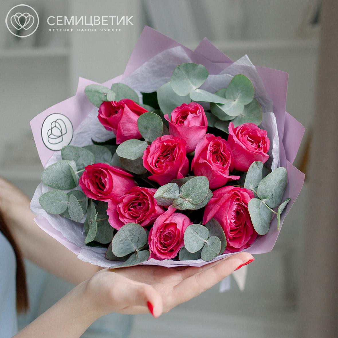 9 пионовидных малиновых роз Дэвид Остин с эвкалиптом фото