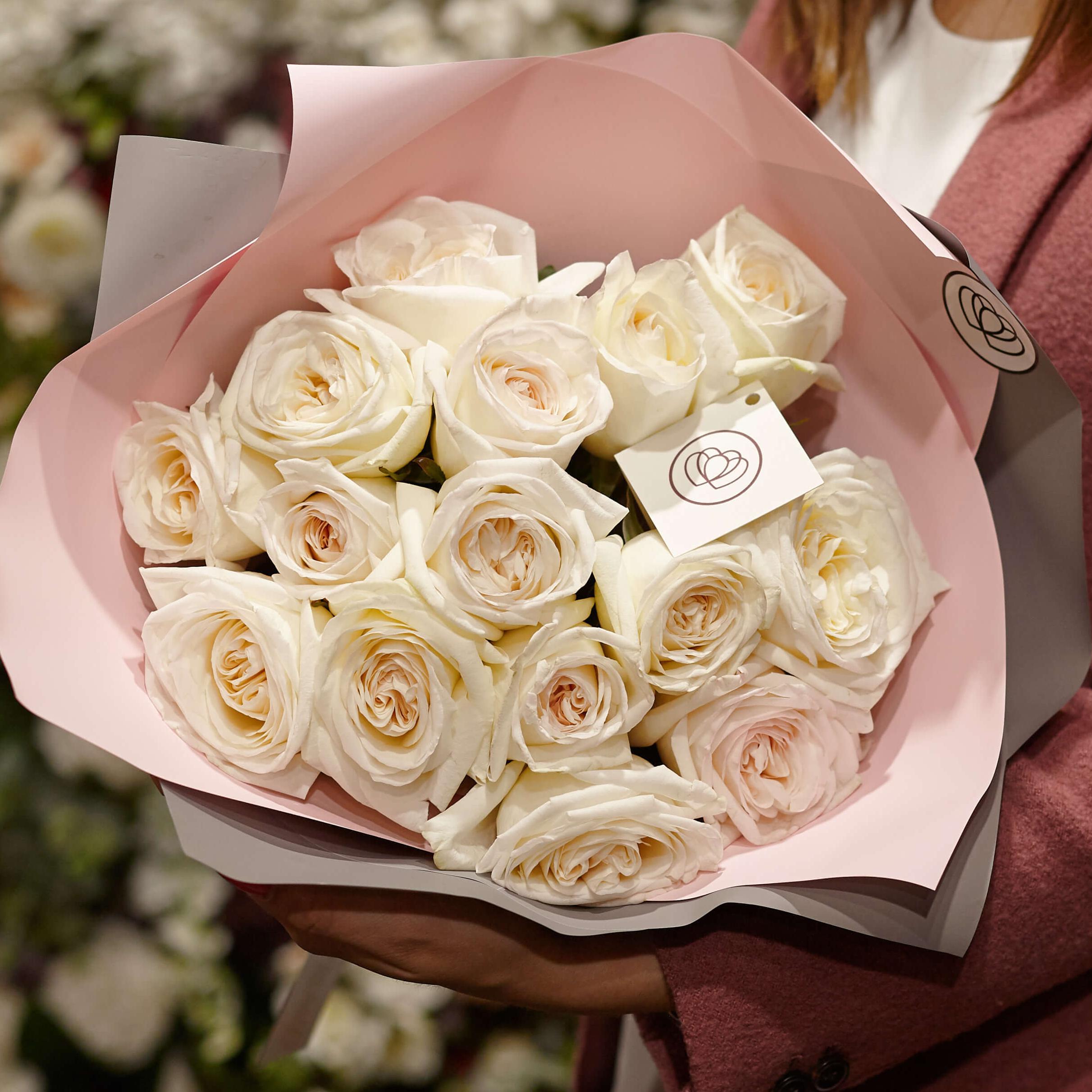 15 пионовидных роз White O'Hara 40 см в дизайнерской упаковке фото