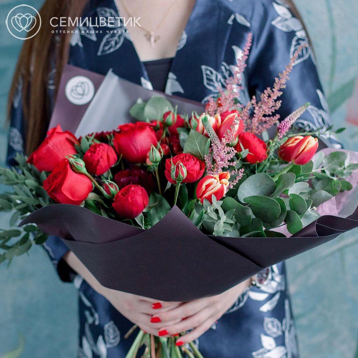 Букет из пионовидной розы, тюльпанов и астильбы фото