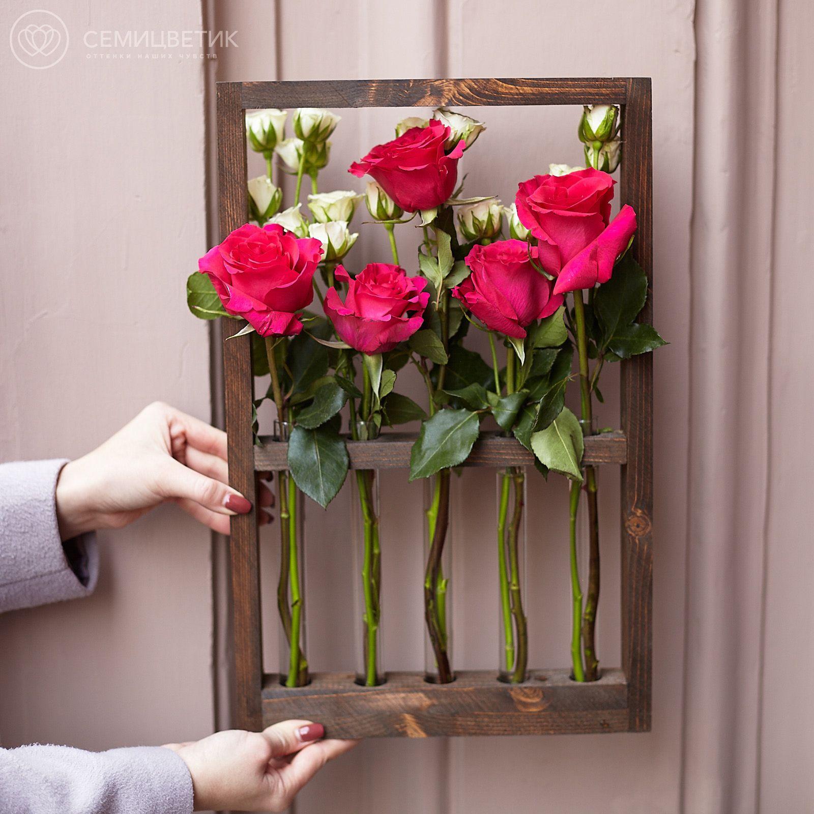 Деревянная рамка с белыми кустовыми розами и малиновыми кенийскими розами фото