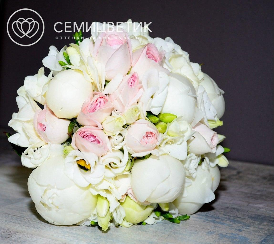 Свадебный букет из пионов, пионовидных кустовых роз и лизиантуса фото