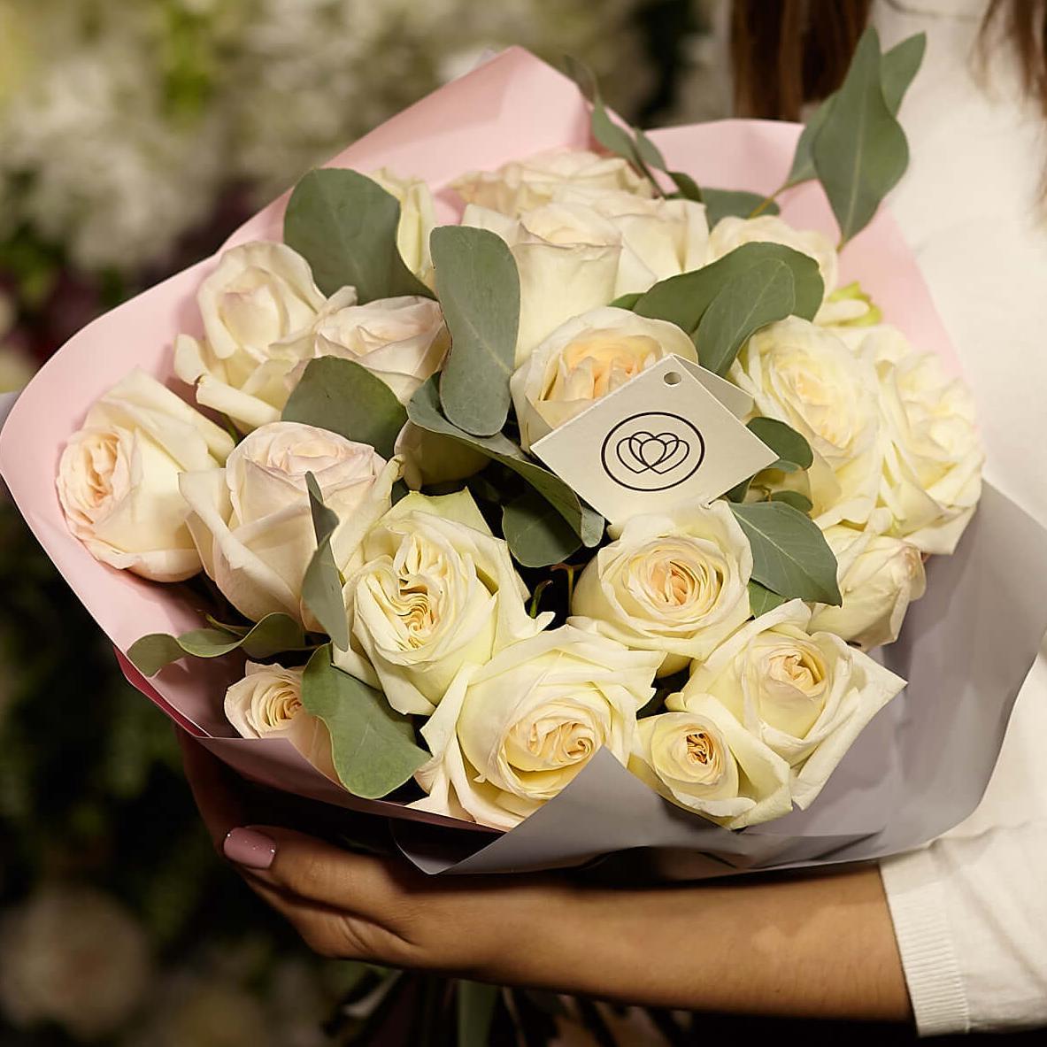19 ароматных пионовидных садовых роз White O'Hara 40 см с зеленью фото