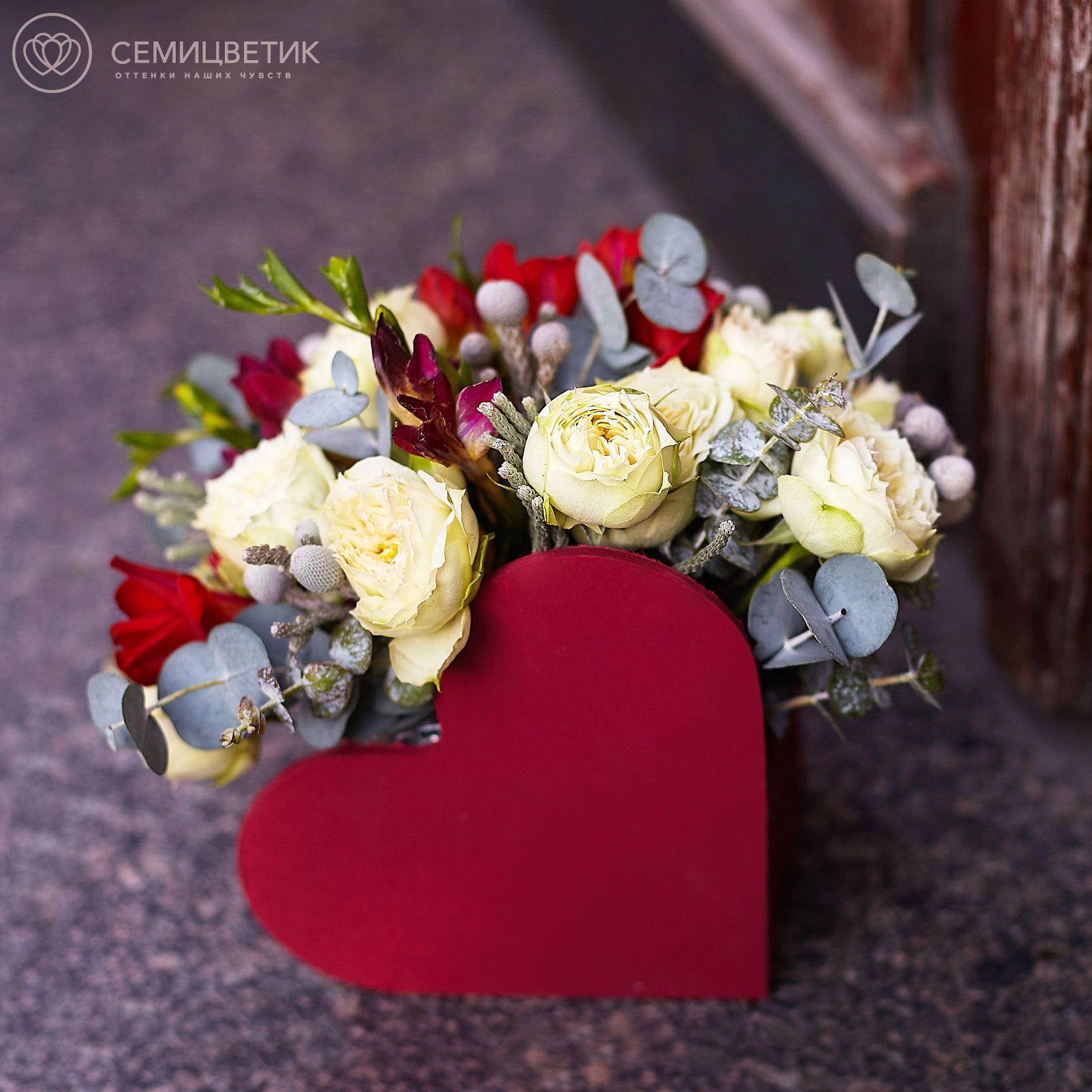 Композиция-сердце с пионовидной розой Blanchette и фрезией фото
