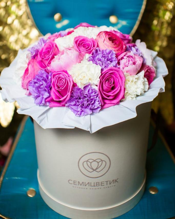 Букет в белой шляпной коробке Amour из пионов, розы, гвоздики лунной фото