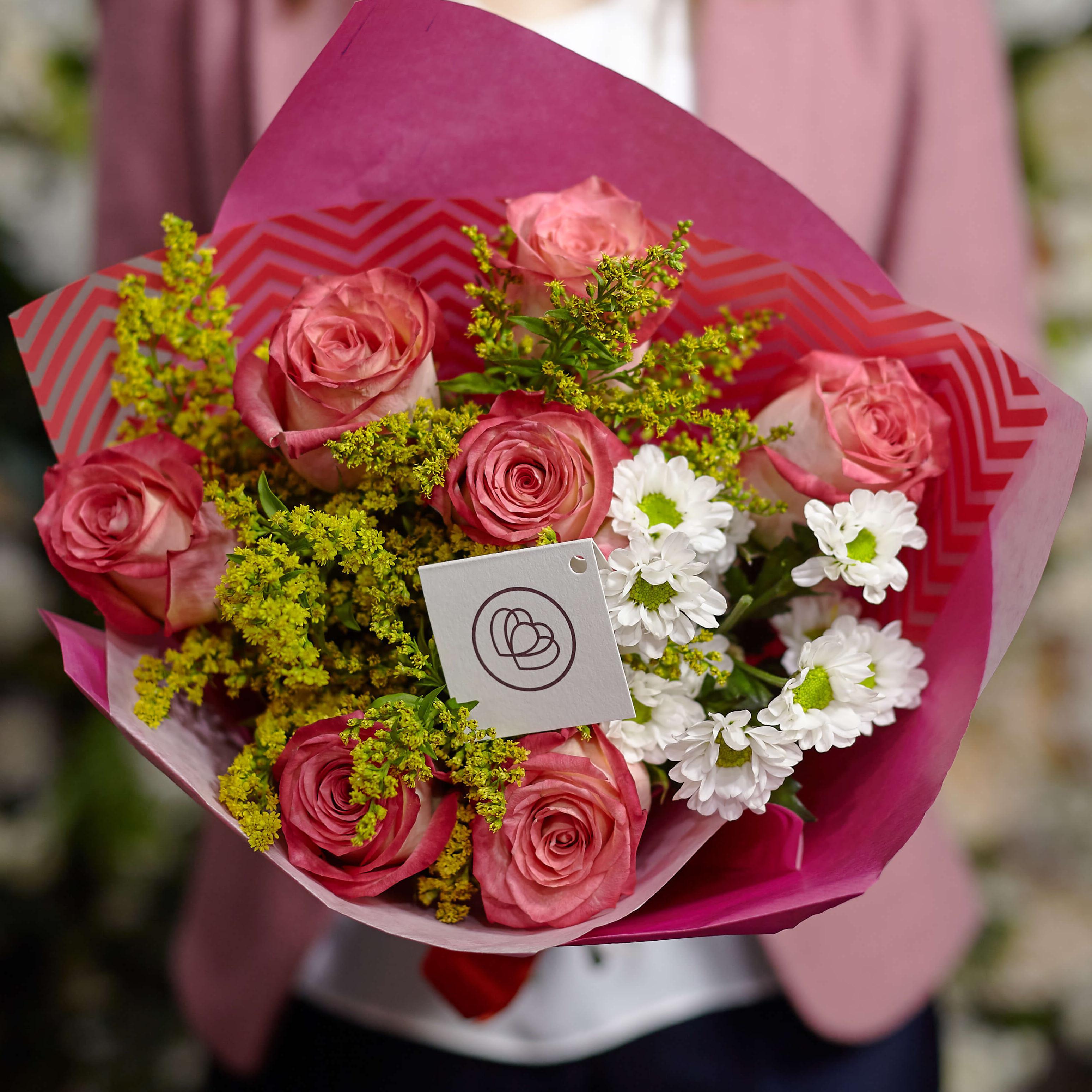 Букет из розовых роз и кустовой хризантемы фото