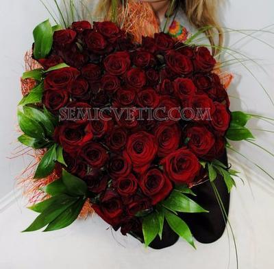 Букет сердце из 51 розы Ред Наоми 60 см с зеленью фото