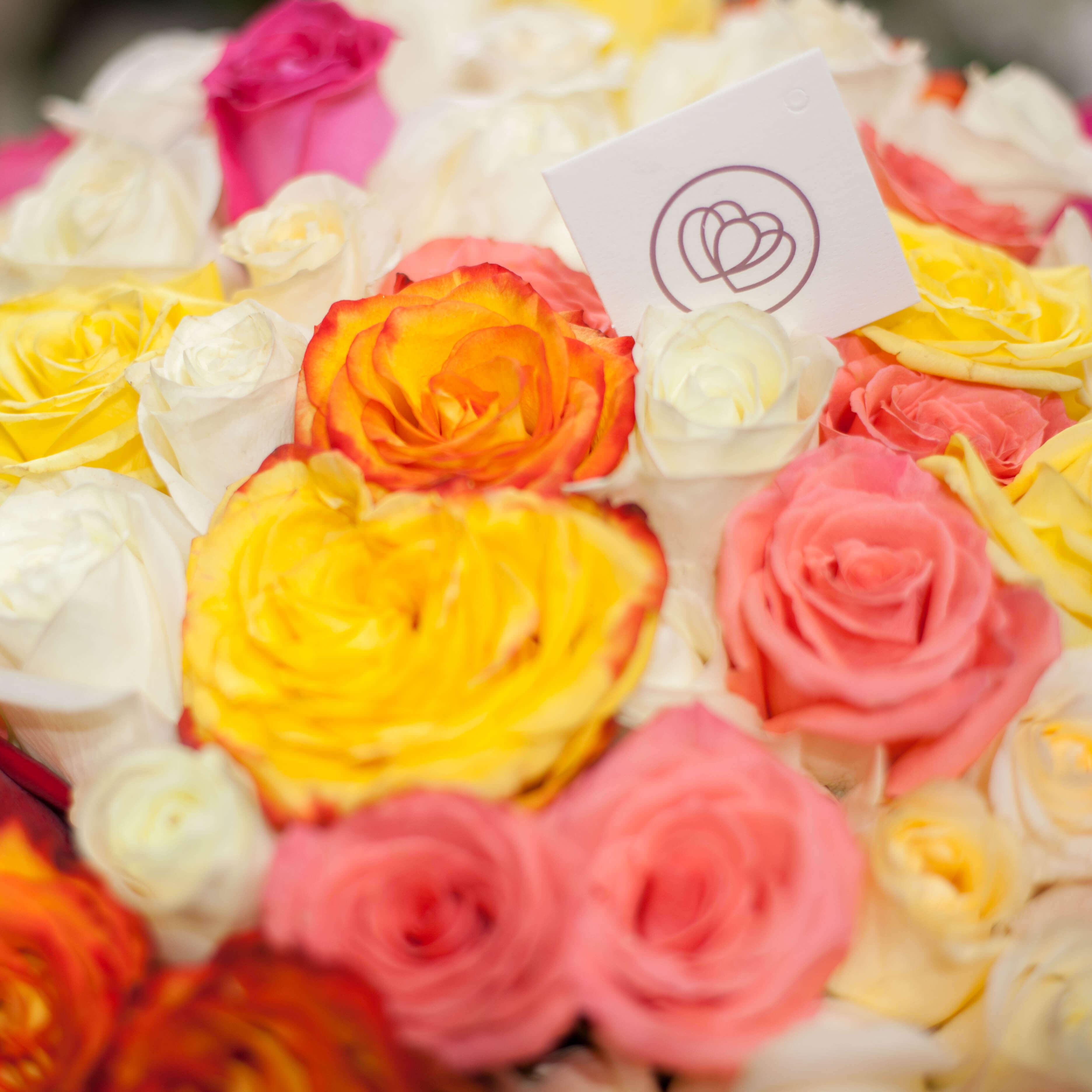 31 роза микс в ярких тонах 50 см фото