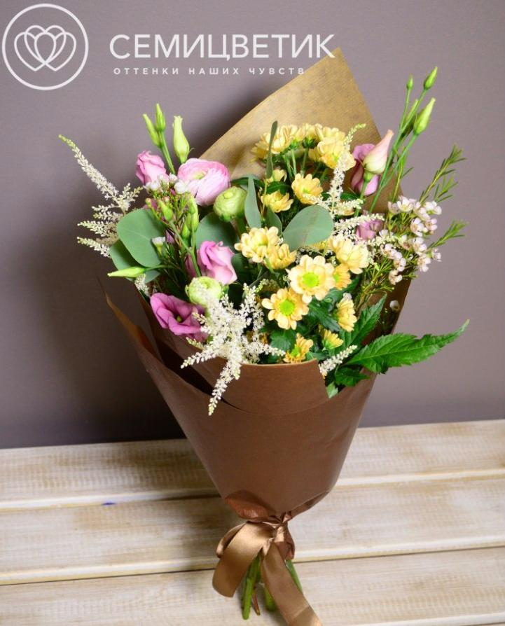Букет из хризантемы сантини, астильбы и лизиантуса фото