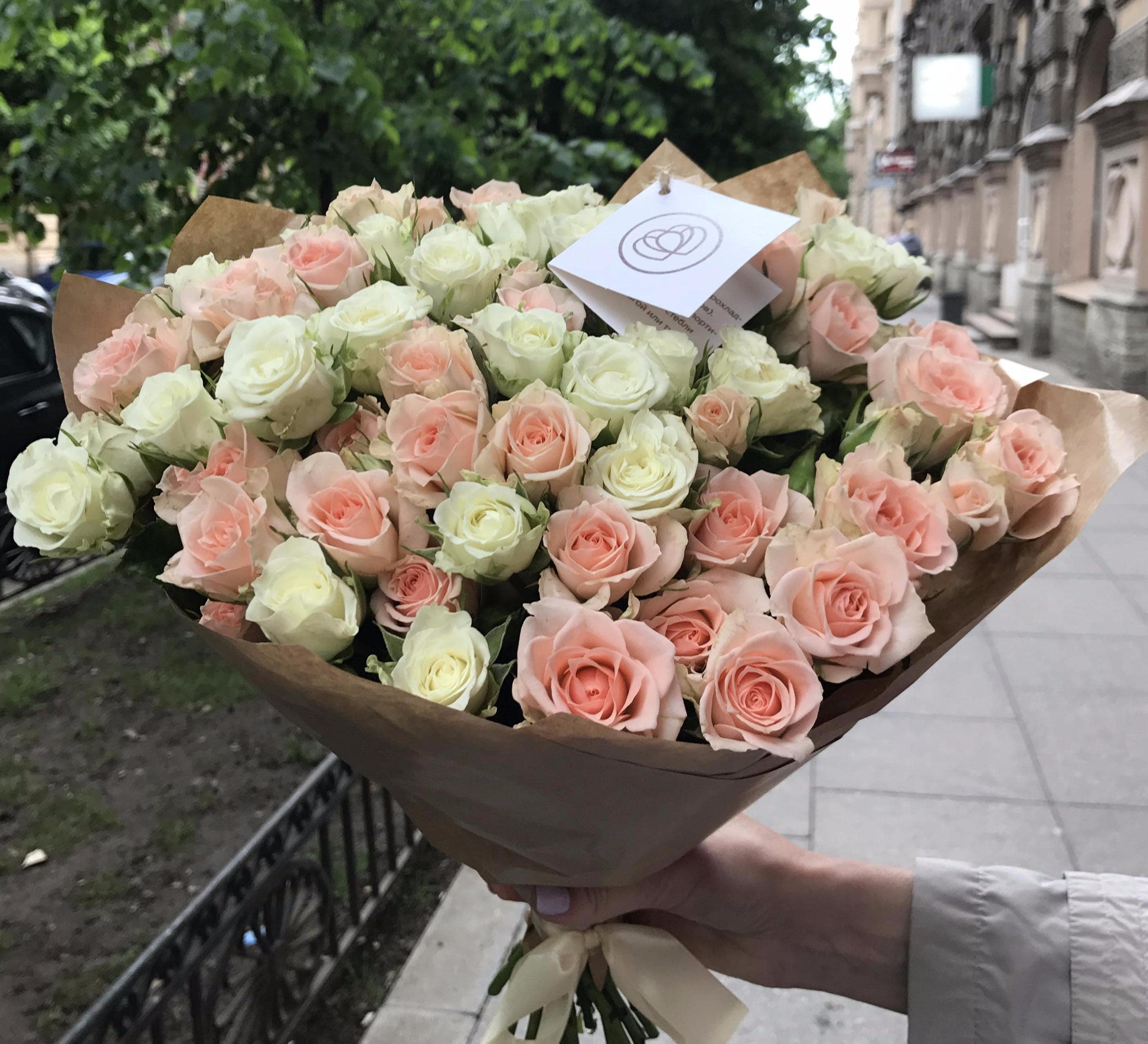 25 кустовых бело-кремовых роз 40 см фото
